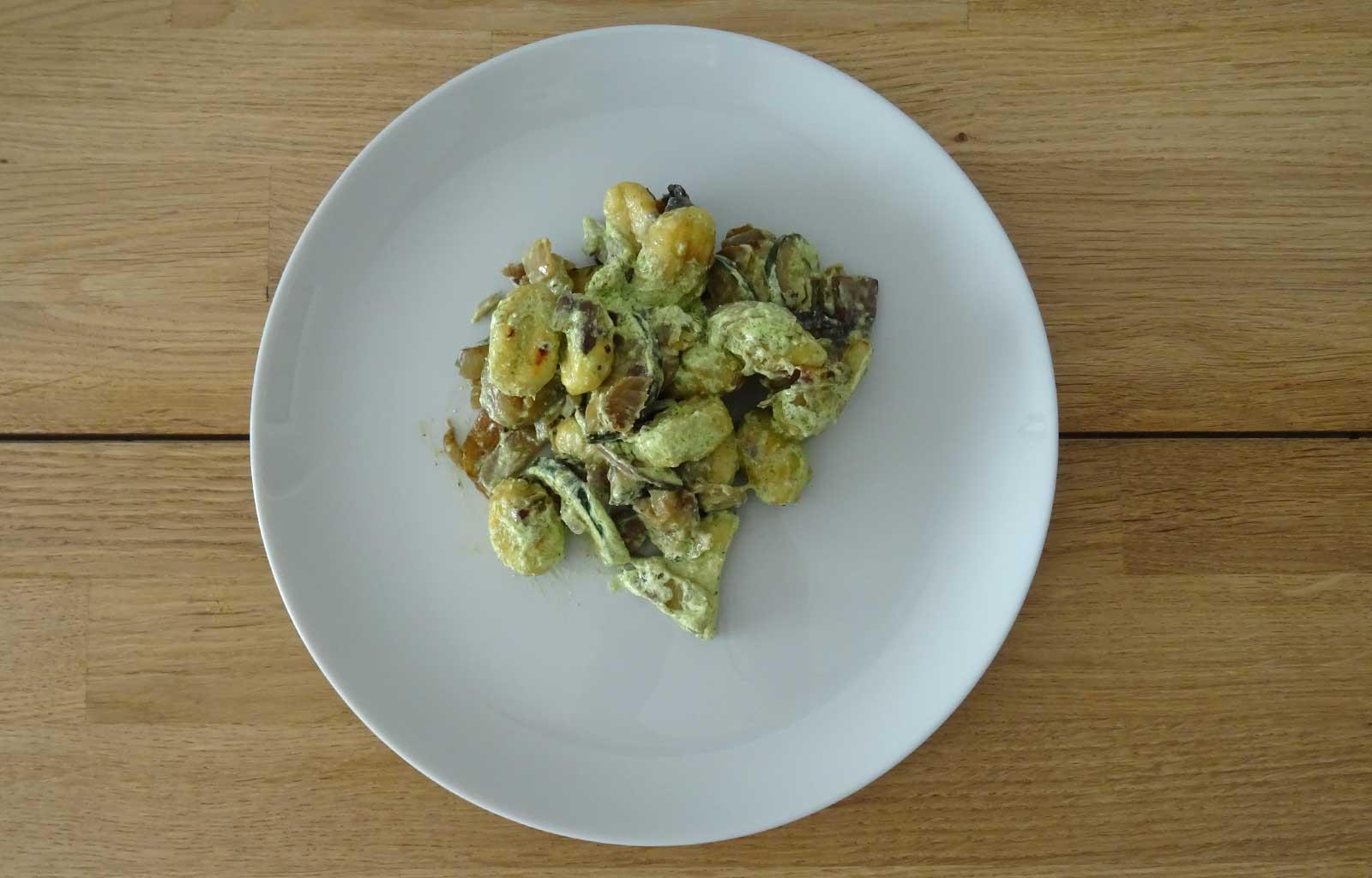 Poêlée de gnocchi aux légumes et à la crème de feta à l'ail des ours
