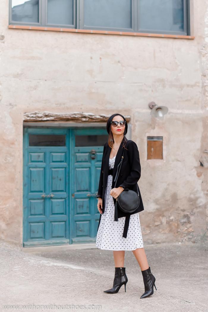 influencer blogger moda con Total Look Zara con chaqueta blazer vestido de lunares y botines de tacon