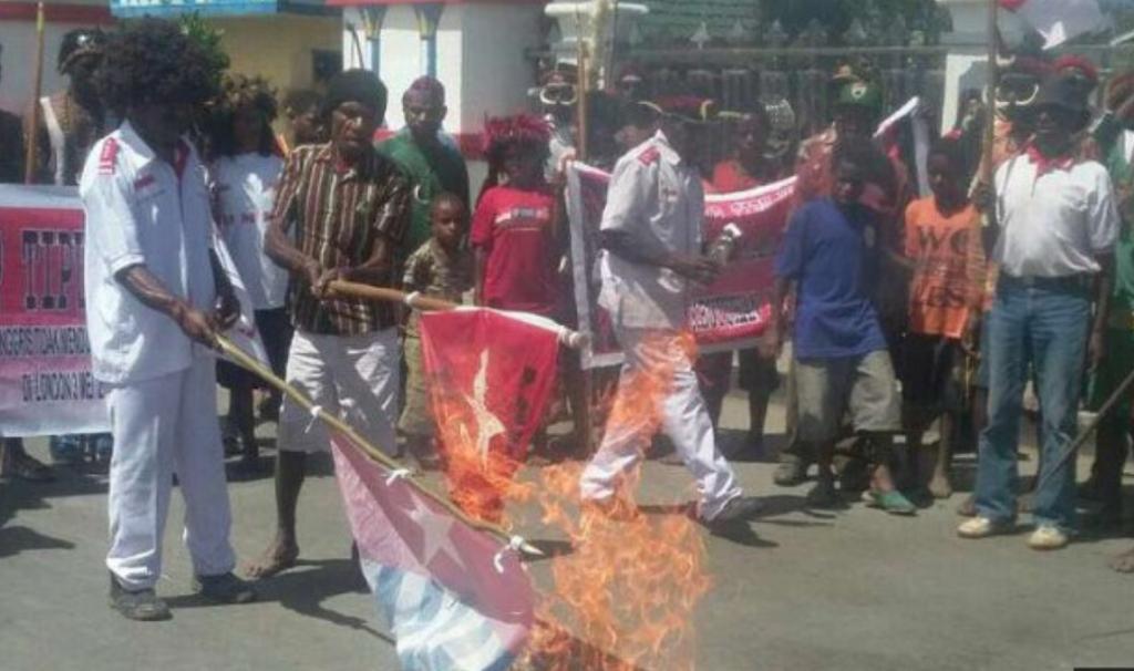 Tolak Aksi KNPB, Warga Bakar Bendera Bintang Kejora