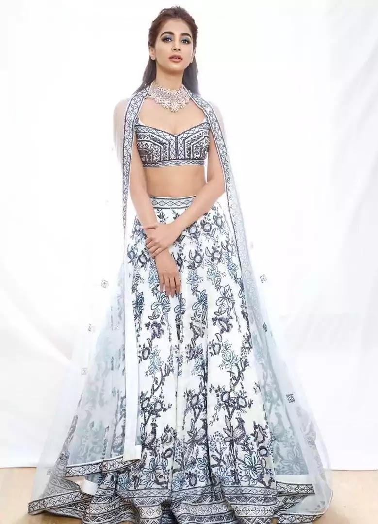 pooja-hegde-gorgeous-lehenga-at-lakme-fashion-week