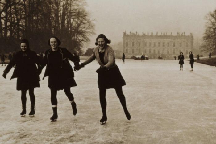 Niñas patinando en el estanque de Chatsworth, Segunda Guerra Mundial
