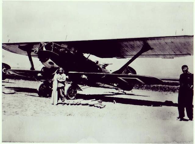 İlk kadın savaş pilotu Sabiha Gökçen, hafif saldırı ve keşif uçağı Breguet 19 önünde elinde bomba ile duruyor.
