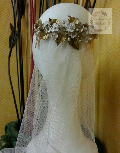 peineta artesanal para novia estilo vintage en dorado y blanco