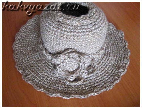 Пляжная шляпа из джута с отверстием для прически с валиком.