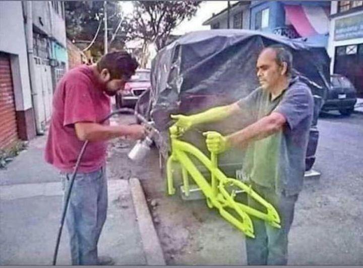 صباغة دراجة هوائية بطريقة بليدة أغبى صباغ في العالم