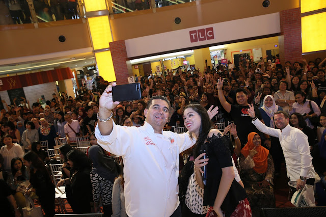 Cake Boss taking a we-fie with his Malaysian fans.
