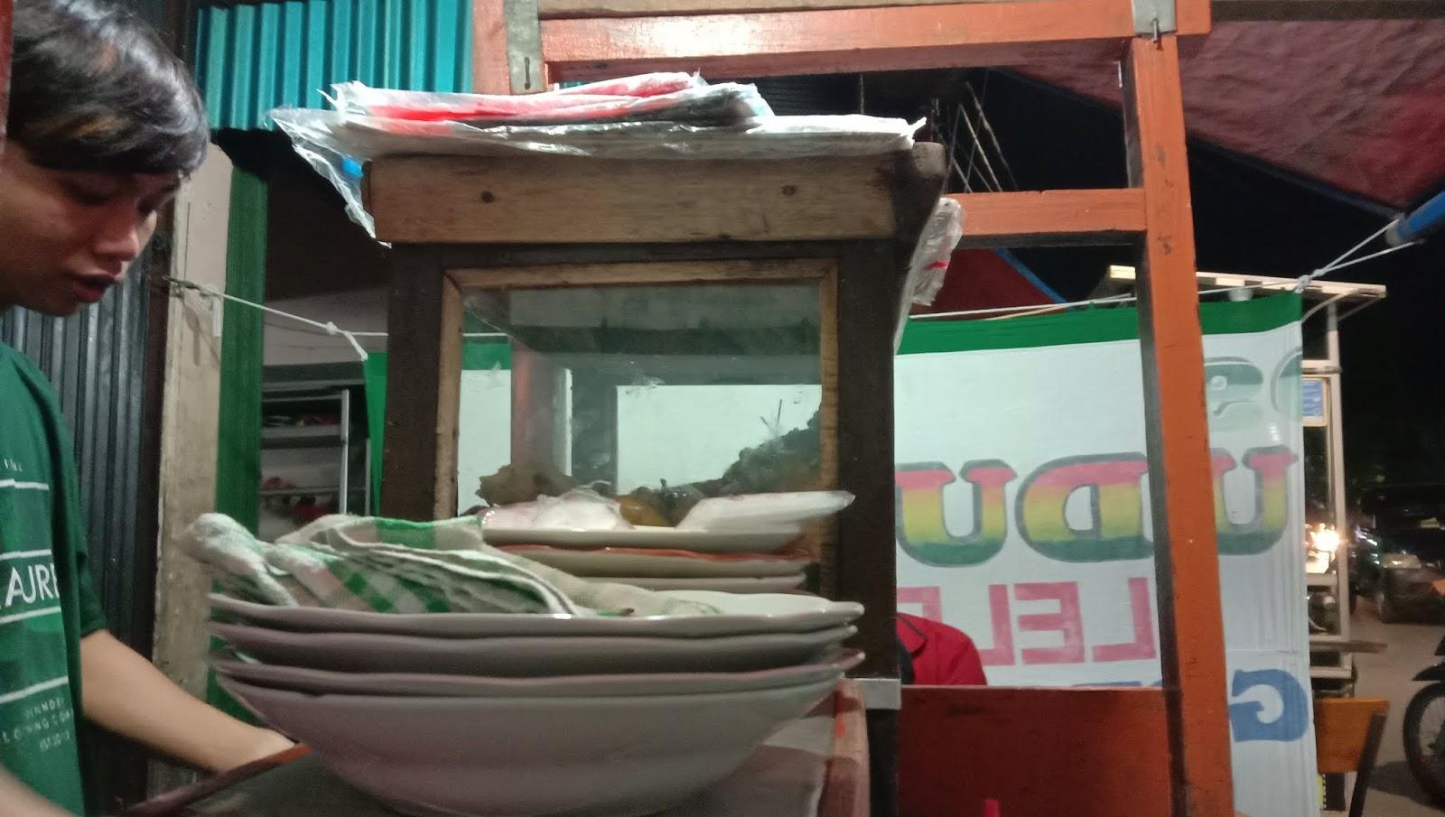 Warung Pecel Lele Mas Rahmad Pasar Proyek Sukapura