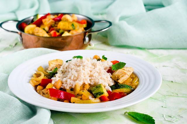 Dietetyczna pierś z indyka z warzywami i ryżem po chińsku.