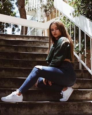 pose sentada en las escaleras tumblr