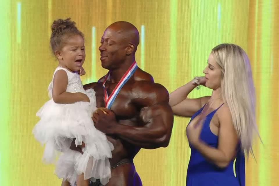 Shawn Rhoden comemora a vitória ao lado da esposa e da filha. Foto: Reprodução