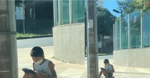 Menino que vendia nas ruas e lia Bíblia no chão tem vida transformada após vídeo viralizar