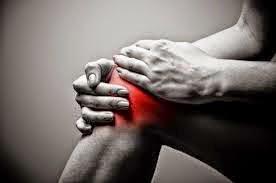 Πονάτε στα γόνατα και θέλετε να ανακουφιστείτε; Δείτε ποιο φρούτο κάνει αυτή τη δουλειά...