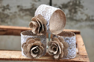 Servilleteros en cinta de arpillera, flores y puntillas