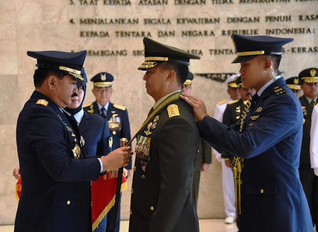 Panglima TNI Sematkan Bintang Kartika Eka Paksi Utama kepada Kasad