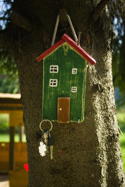 Drewniane domki- wieszaczki