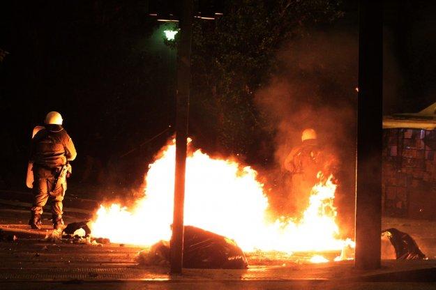 Επίθεση με βόμβες μολότοφ στο Αστυνομικό Τμήμα Ομόνοιας