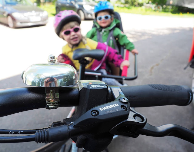 xtracycle, perhepyora,cargo bike, cargo pyora, pitka tarakka, iso pyora, pitkaperainen pyora, kaksi lasta pyoran kyytiin, pyoraily helsingissa, kesapyora, pyoraretki, lapset pyoran kyydissa, shimano vaihteet, pyorankello