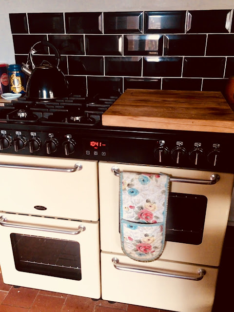 range cooker with electric ovens and gas hobs