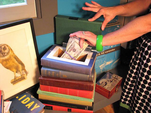 Πέταξαν στην ανακύκλωση βιβλίο που είχε μέσα 15.000 ευρώ