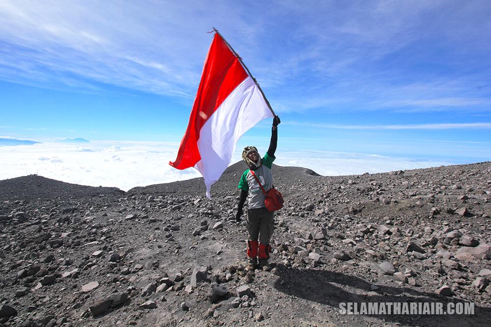 pengibaran bendera merah putih di gunung semeru