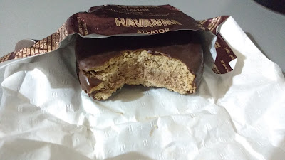 Alfajor relleno de mousse y bañado en chocolate Havanna
