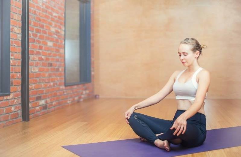 postura meditación sentada en suelo