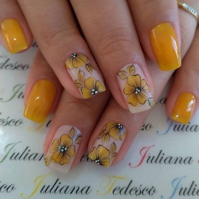 unhas decoradas amarelas coloridas