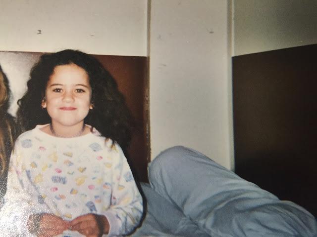 Enfant avec les cheveux boucles