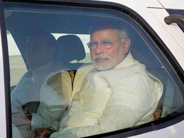 PM नरेंद्र मोदी कार में बैठते ही करते हैं ये काम