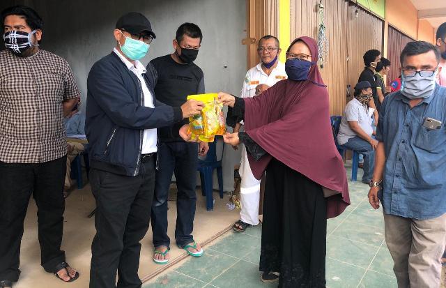 Ketua DPRD Kota Batam Memantau Secara Langsung Pendistribusian Bantuan Sembako