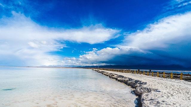 ทะเลสาบเกลือฉาข่า (Chaka Salt Lake: 茶卡盐湖) @ www.cgtn.com