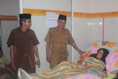 Plt. Kakankemenag Tanjungbalai Jenguk Salah Satu ASN Yang Sakit