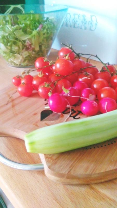 sałatka ze świerzych warzyw, ozdobna deska do kronienia, deska z napisem, miska ikea