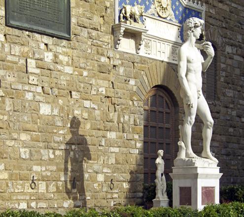 imagen de El David de Miguel Ángel Buonarroti junto a la entrada principal de del Palazzo Vecchio (Palacio Viejo) de la Plaza de la Señoría de Florencia, copia de la escultura por Arrighetti