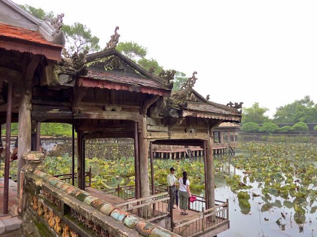 Pabellón Xung Khiem sobre el lago Luu Khiem - Tumba Tu Duc en Hué, Vietnam