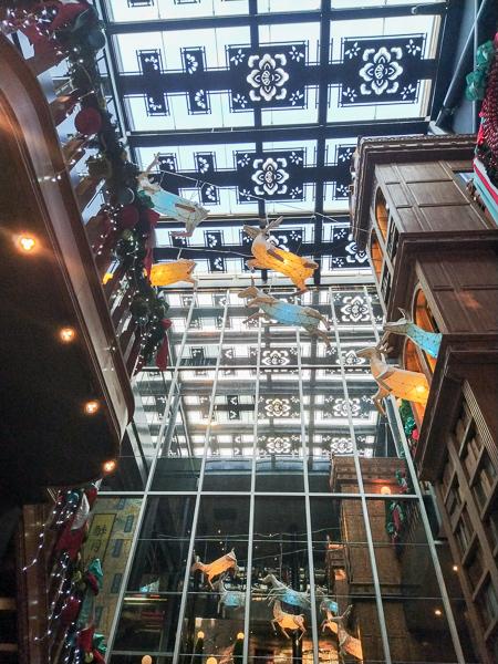 台中宮原眼科聖誕節佈置,粉藍色蝴蝶結主題還有花鹿空中跑