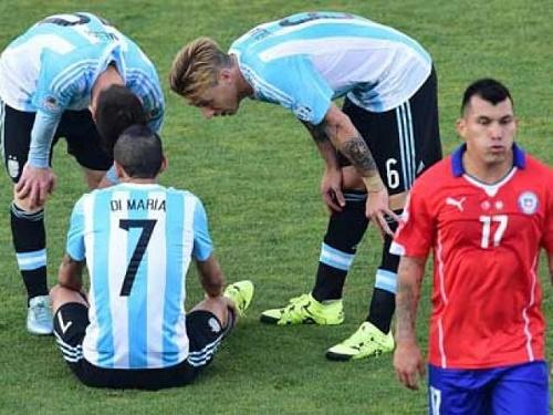 Tevez vằng bóng trong hàng công Argentina