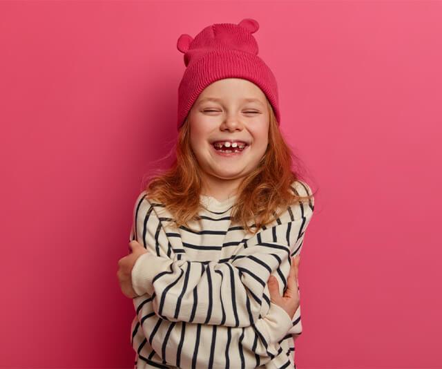 menina usando blusa listrada roupa de frio