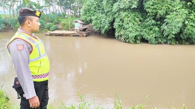 Waspada Banjir, Anggota Polsek Rowokangkung Monitor Debit Air Sungai Jatiroto