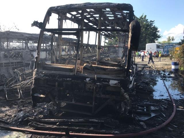 Fuego consumió siete autobuses de Expreso Vegano