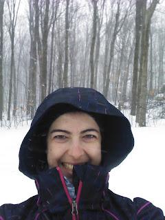 Raquetteuse contente, neige