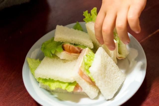 Cách làm món sandwich cuộn xúc xích tuyệt ngon đơn giản