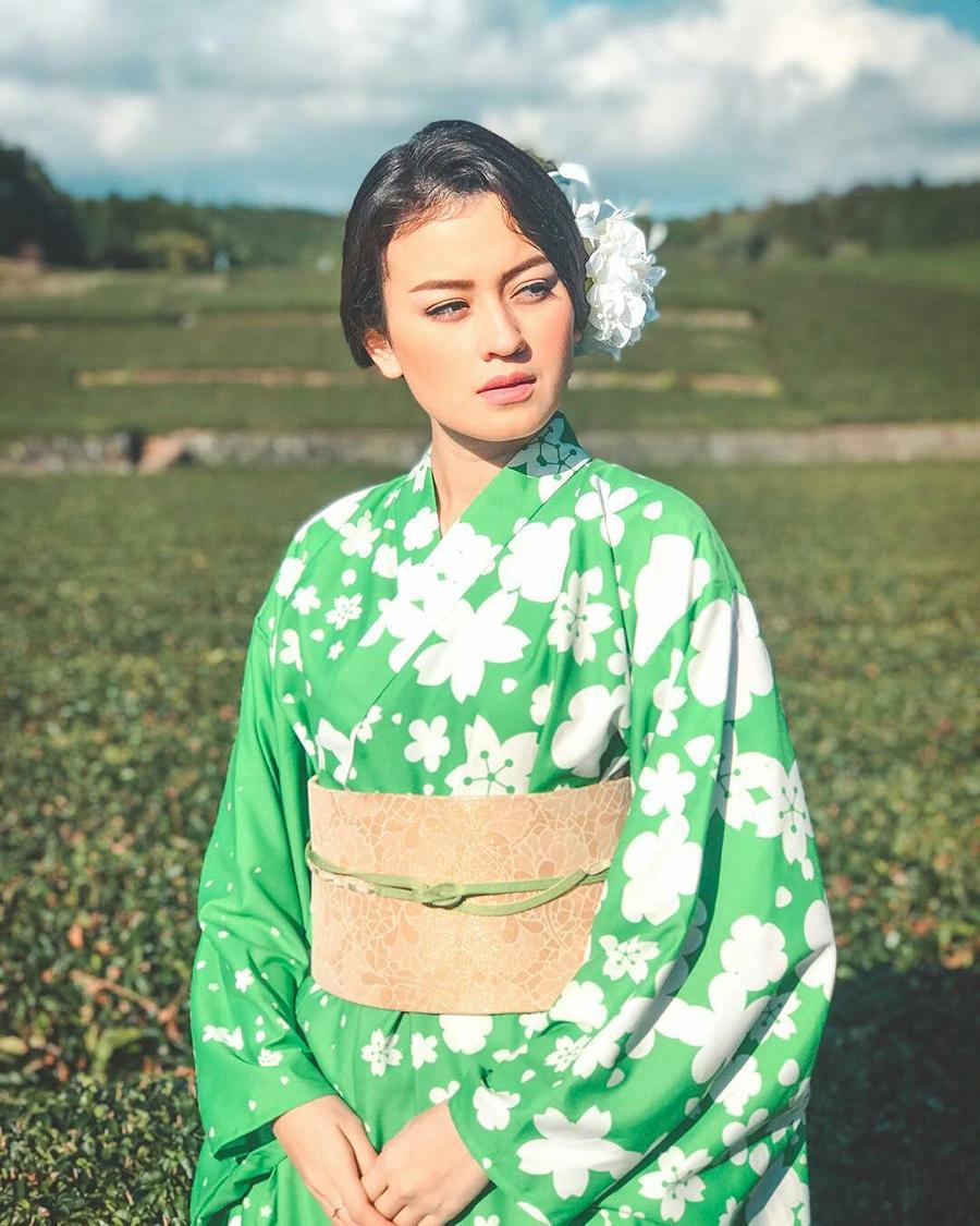 Kimberly Rider artis Indonesia pakai Kimono manis dan seksi Kimberly Rider