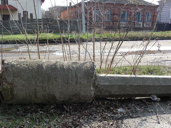 Славянск. Поваленые столбы