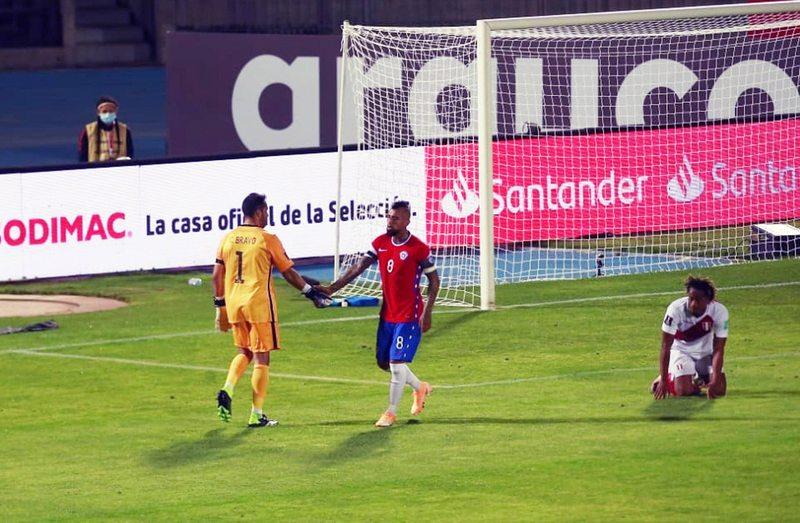 Chile le ganó por 2-0 a Perú en el Estadio Nacional con gran actuación de sus dos referentes