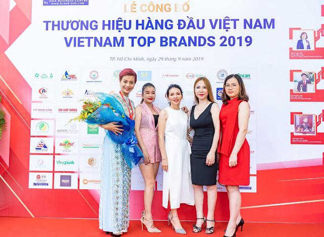 Đạo diễn Holy Thắng đến chúc mừng Ceo Hồ Hương đạt Top 10 thương hiệu uy tín - Ảnh 6