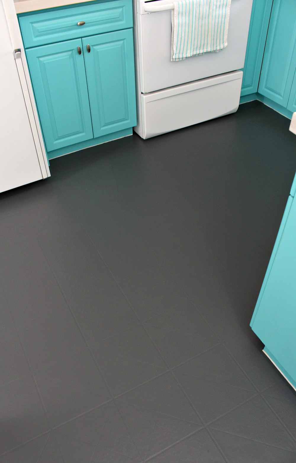 How to paint a vinyl floor diy painted floors dans le lakehouse diy painted kitchen floor dailygadgetfo Images