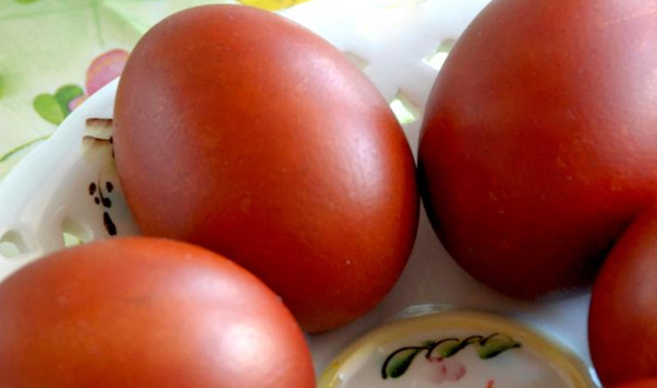 яйца пасхальные крашенные луковой шелухой