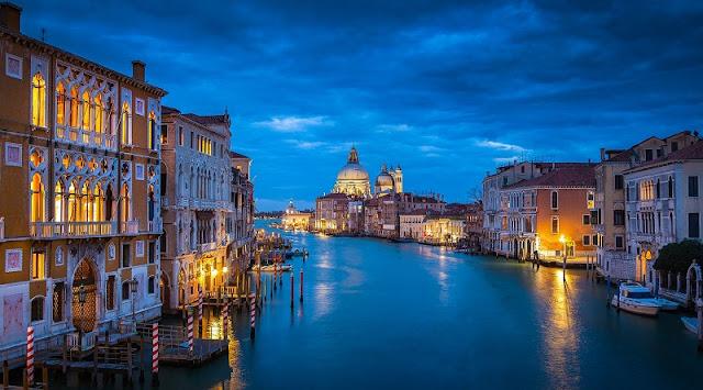 Veneza iluminada durante a noite