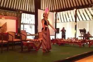 "Tari golek ayun ayun hiburan Seminar ""Batik, Kuasa dan Identitas"" Museum Sonobudoyo"